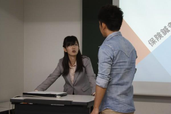 学生の質問に熱心に答える白谷先生